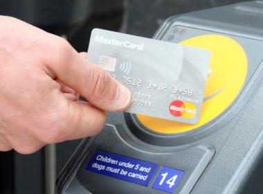 25% thẻ thanh toán Anh hiện là thẻ không tiếp xúc - Máy in thẻ nhựa, máy dập nổi, đầu đọc thẻ nhựa