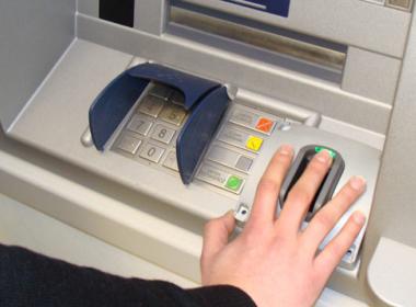 Ngân hàng Thương mại Qatar áp dụng xác thực vân tay tại ATMs - Máy in thẻ nhựa, máy dập nổi, đầu đọc thẻ nhựa