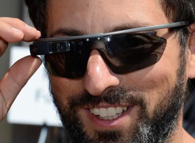 Trang bị kính thông minh nhận diện khuôn mặt cho cảnh sát Dubai. - Máy in thẻ nhựa, máy dập nổi, đầu đọc thẻ nhựa