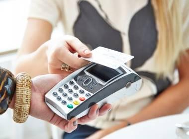 Anh: Tiêu dùng tiền mặt giảm hẳn 1 nửa - MK