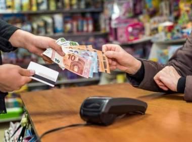 Anh: Chi tiêu tiền mặt giảm, rút tiền ATM tăng mạnh - MK