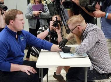 Người dân Thụy Điển cấy Chip dưới da thay thẻ căn cước - MK